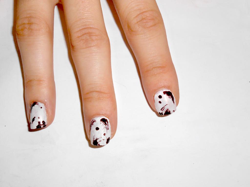 Effetto delle gocce di sangue su tutte le unghie.