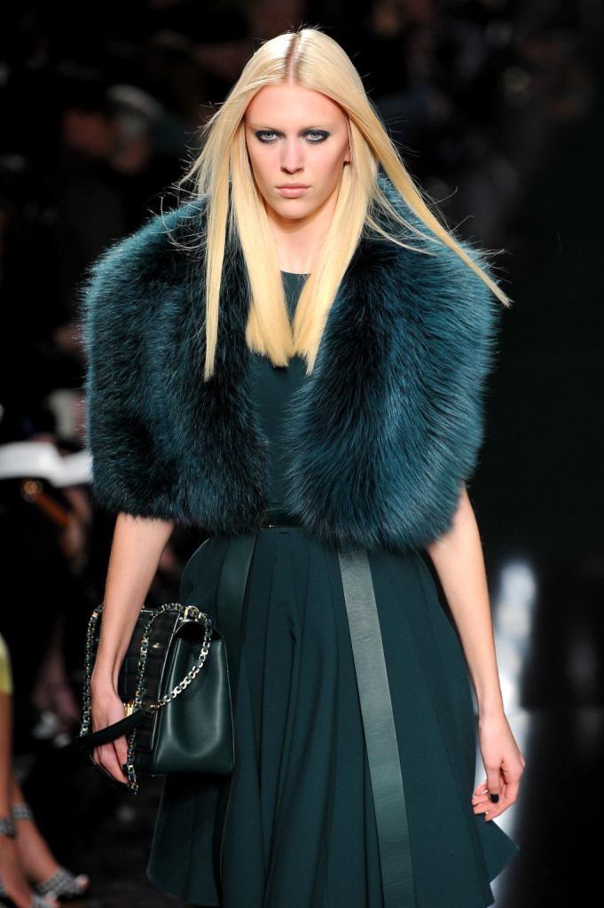 Una pelliccia color ottanio per Elie Saab
