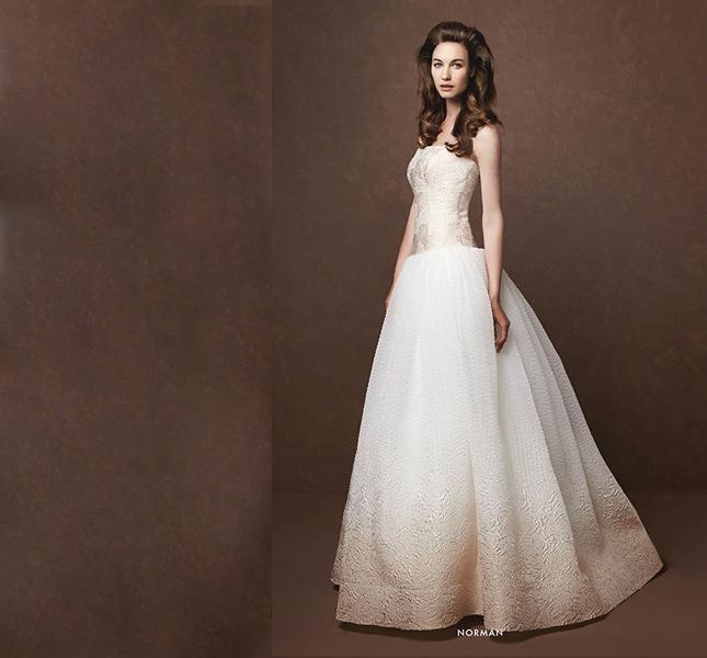 Elisabetta Polignano propone un elegantissimo abito sfumato, dal cipria al bianco.