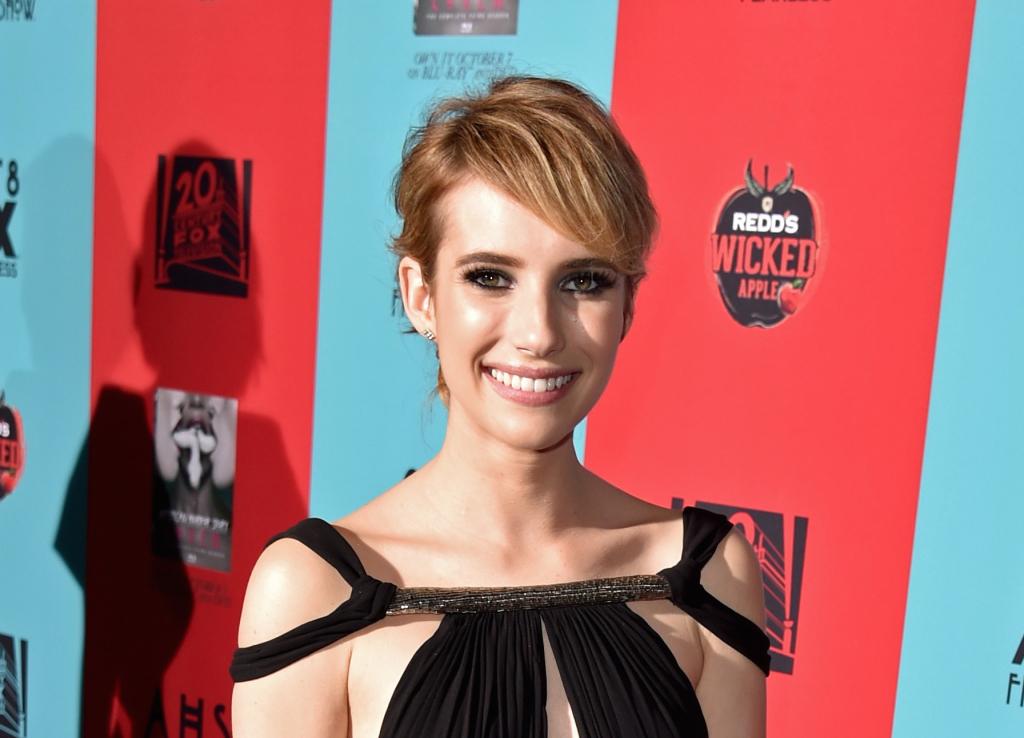 Corti con frangia laterale è il look scelto da Emma Roberts