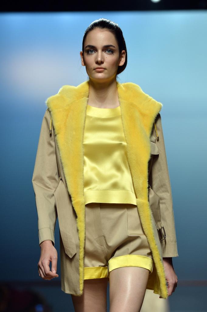 Colori accesi per Ermanno Scervino, contrasti di giallo e beige. Proposta cappotto corto caban
