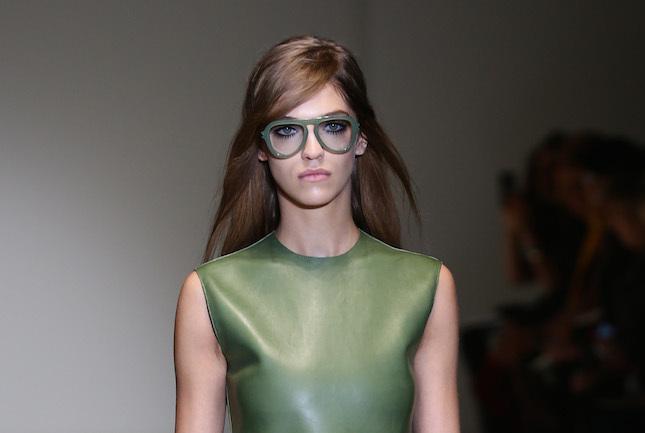 Per Gucci il capelli lunghi in questa stagione devono essere naturali con riga laterale e molto lisci