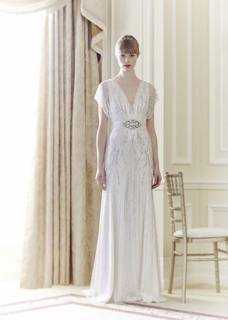 bridal designer Jenny-Packham con la collezione 2014. Abito scivolato bianco con applicazioni gioiello in vita