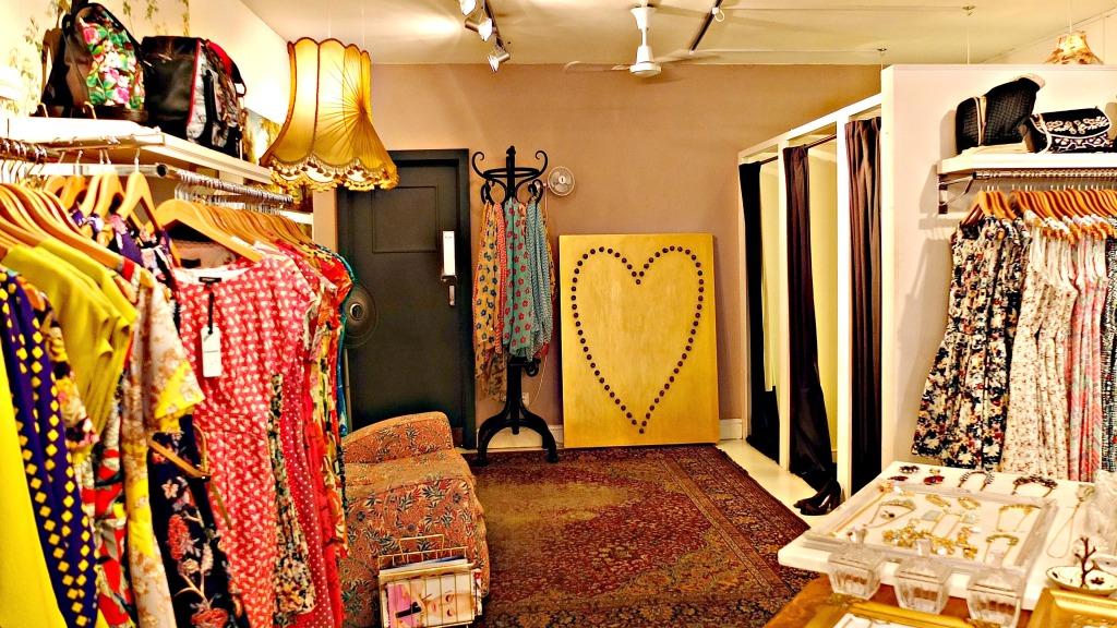 L'atmosfera è in puro stile retro, con abat-jour che illuminano l'ambiente di una luce soffusa, tappeti e poltrone floreali