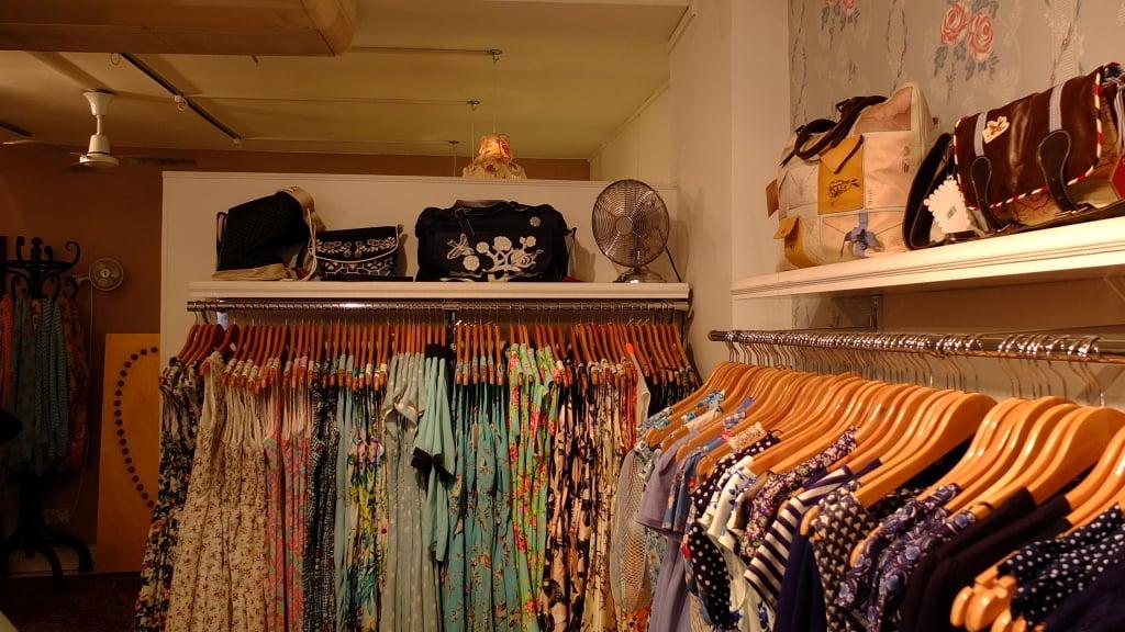 Lilac Rose: perchè non abbinare all'abito a fiori una satchel bag o una tracolla in perfetto stile inglese?