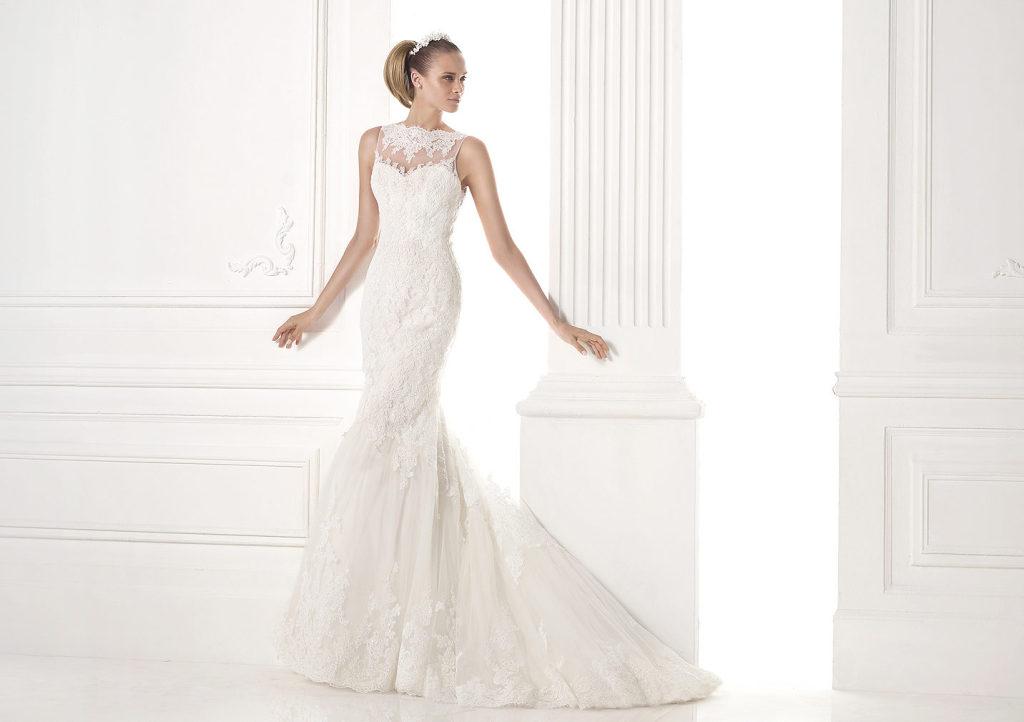 b5040f22e9af abito da sposa in tulle con pizzo e pietre preziose con taglio a sirena.  Corpetto con scollo a cuore con carré trasparente ...
