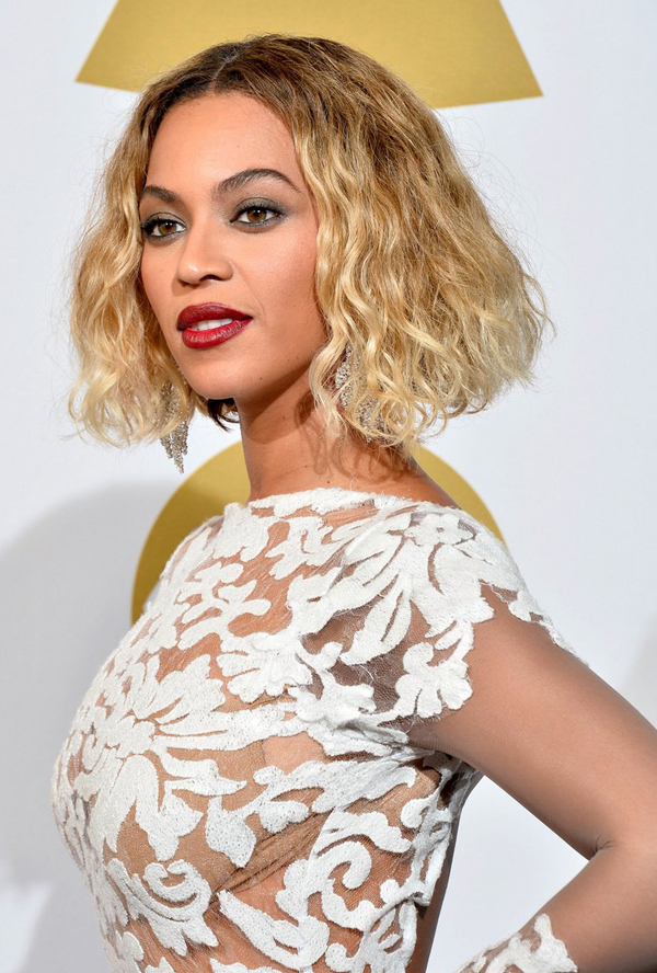 Immortalata agli ultimi Grammy, Beyoncè si mostra con un rossetto scuro che le esalta la carnagione ambrata