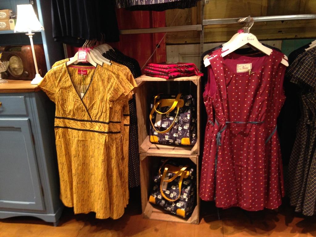 Ness: nello store è presente anche un'ampia selezione di abiti, dalle fantasie originali, come questo color senape con tanti cucchiaini da tè stampati sopra