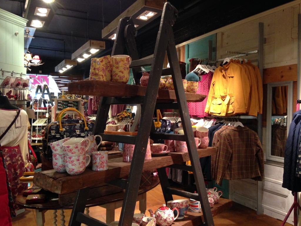 Ness: oltre agli abiti e gli accessori, lo store offre una completa gamma di tazze e utensili per la cucina, come set per il tè e bricchi per il latte