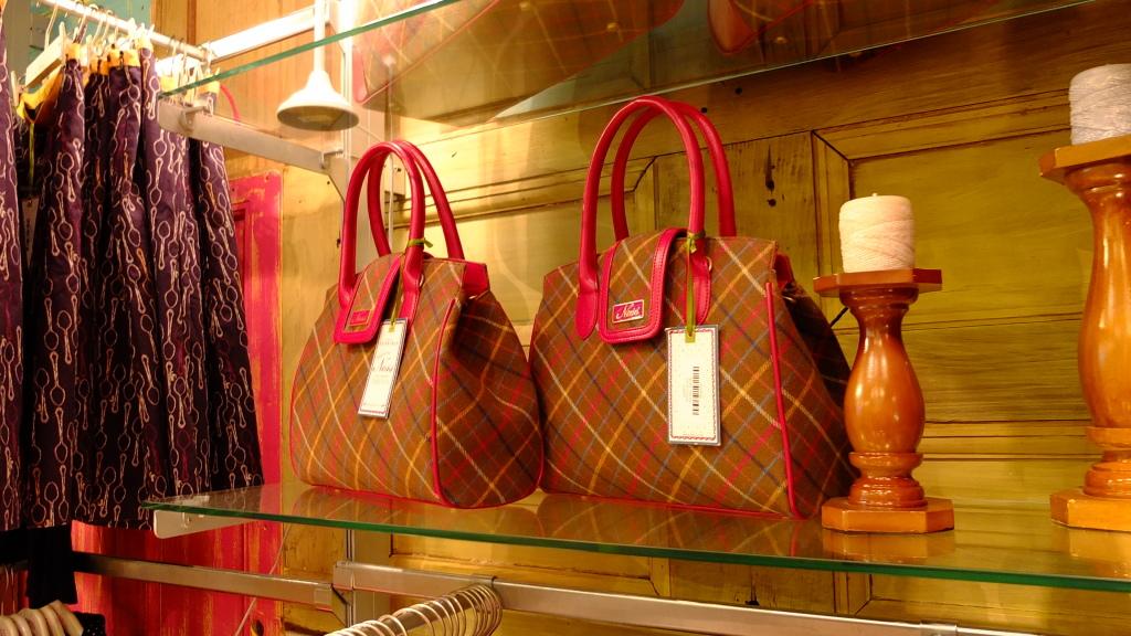 Ness: il tessuto scozzese, il cosiddetto tartan, si ripresenta non solo sui capi d'abbigliamento ma anche su borse, set di bauletti e valigie