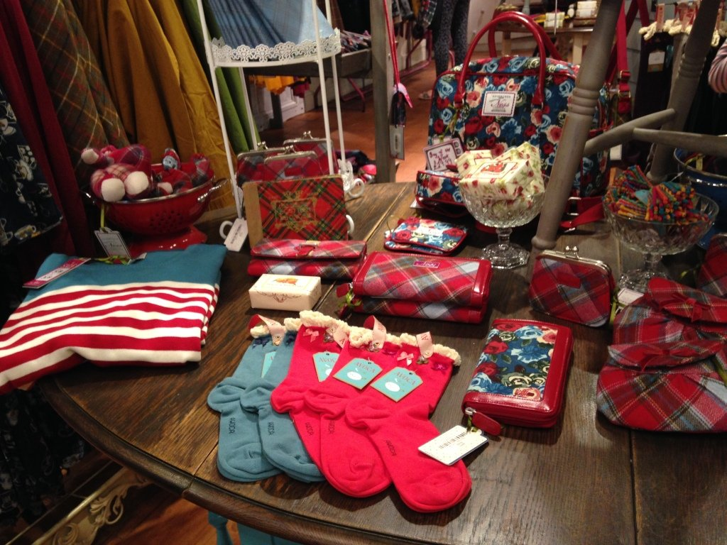 Ness: l'ampia selezione di capi continua con calze, portafogli scozzesi, borsellini e minibag