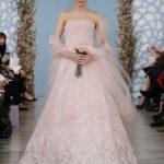 abito da sposa rosa antico di Oscar de la Renta