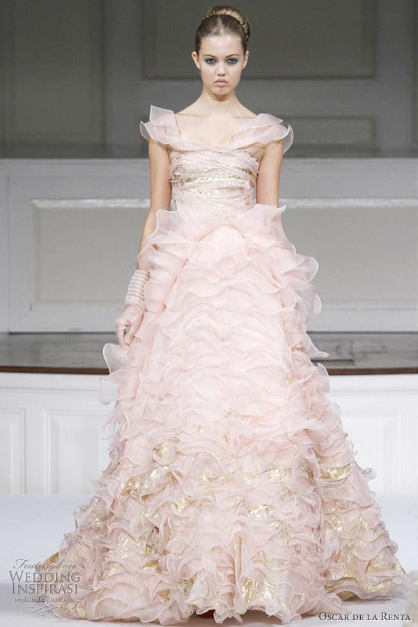 abito da sposa di Oscar de la Renta dal colore rosa con sfumature dorate