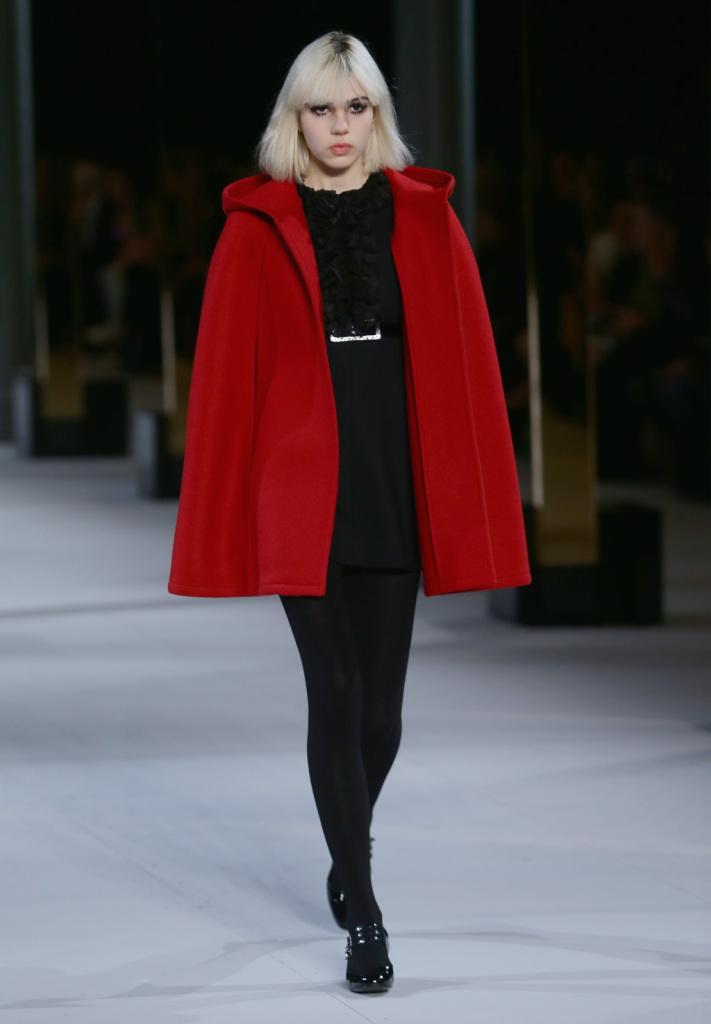 Intramontabile rosso per la mantella della maison francese