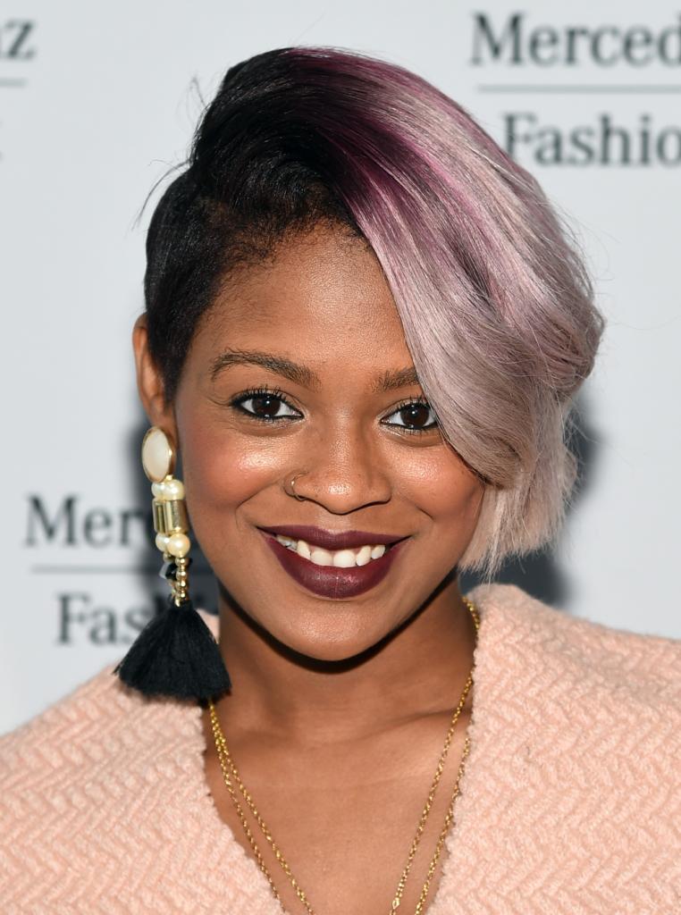 Continua la moda dei capelli rasati con ciuffo laterale ed in questo caso Sonjia Williams lo ha colorato con sfumature di rosa e biondo