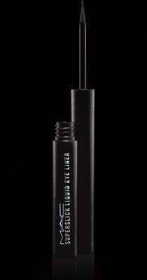Il Superslick Liquid Eye Liner sottolinea lo sguardo e lo rende irresistibile