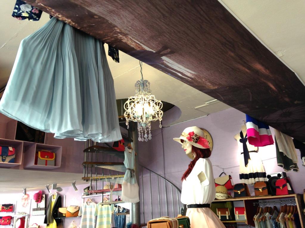 Terminal D: le gonne plissettate sono gluide e sui colori pastello, da abbinare a camicette e cinture sfiziose. Il punto forte del negozio rimangono comunque gli abiti vintage