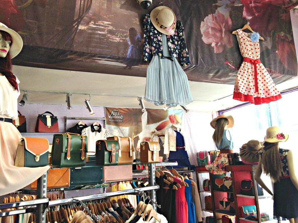 Terminal D: all'interno del negozio si respira un'atmosfera d'altra tempi, come se si entrasse in un romanzo di Charlotte Bronte o Louise Alcott