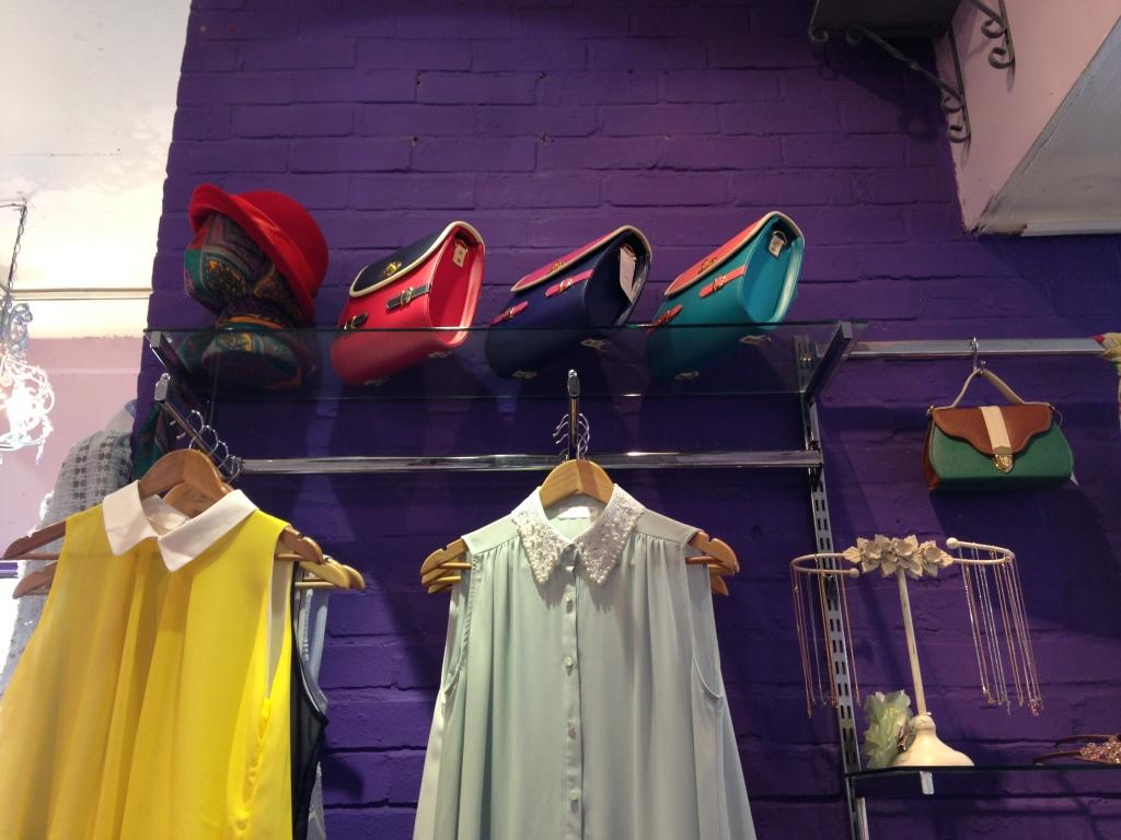 Terminal D: le camicie sono ricche di particolari, con colletti riccamente ornati. Anche le borse vivaci, dai mille colori, per lo più satchel bag e borse postino dalle più svariate forme e colori
