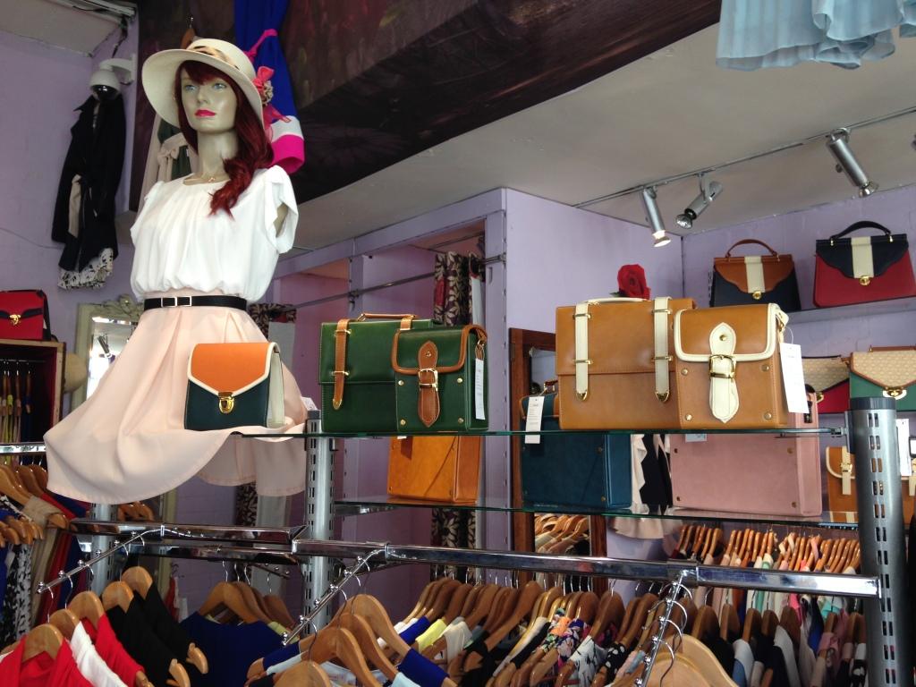 Terminal D: nella boutique si possono trovare anche tantissime satchel bag e bustine con tracolla, ovviamente con gioco di più colori in contrasto