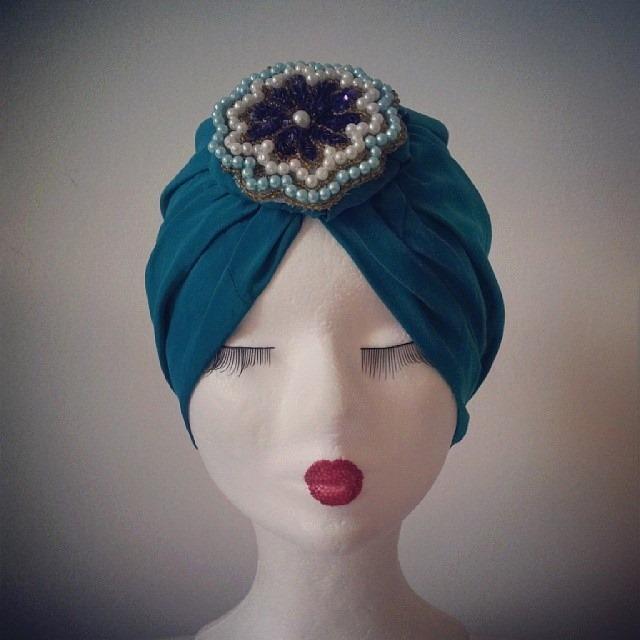 Il turbante classico si impreziosisce con decorazioni su misura e realizzate rigorosamente a mano