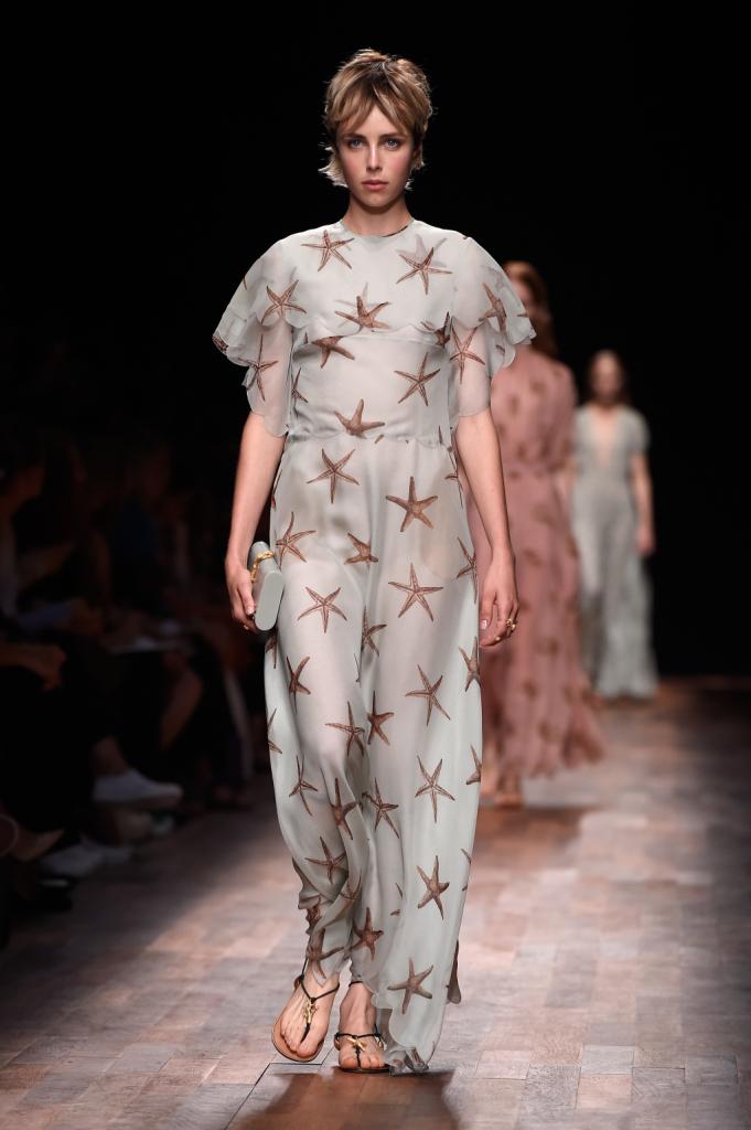 Valentino, PFW, collezione Primavera-Estate 2015: abito in voile color azzurro pallido, motivo stelle marine stampato su tutta la lunghezza