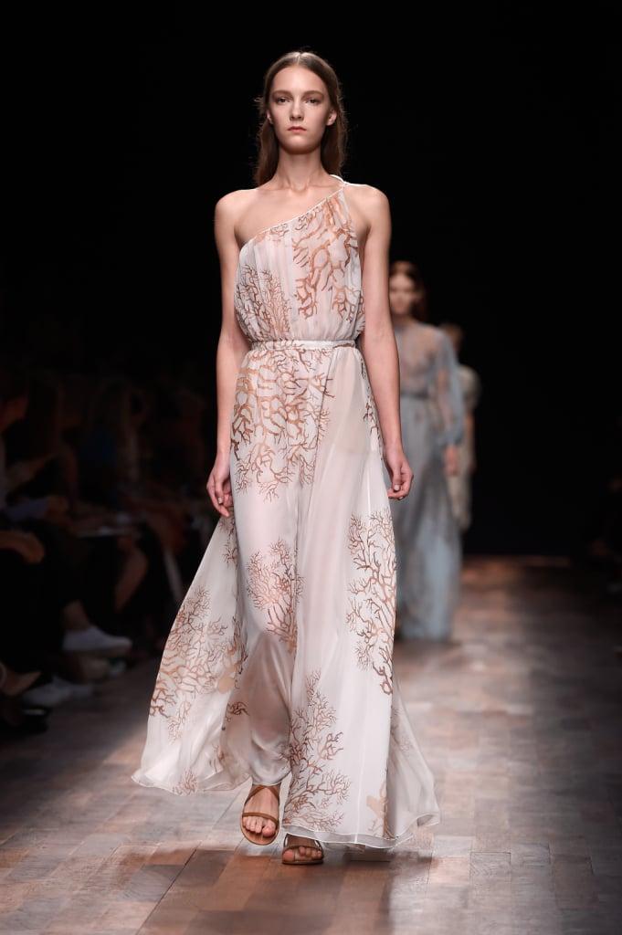Valentino, PFW, collezione Primavera-Estate 2015: abito lungo con drappeggio alla graca, monospalla, stampa di corallo su tutta la lunghezza
