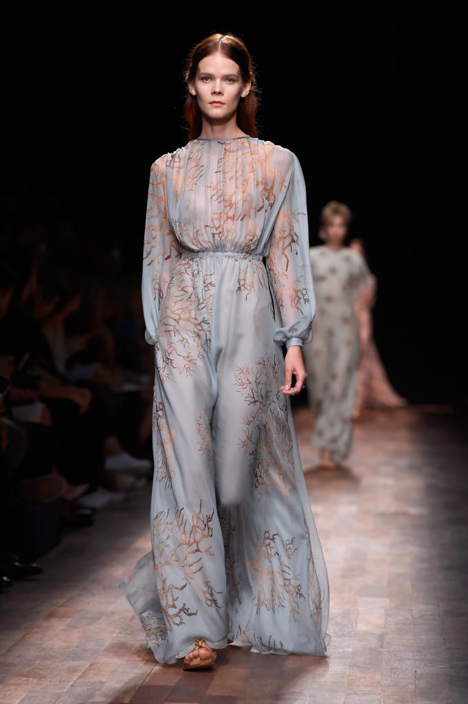 Valentino, PFW, collezione Primavera-Estate 2015: abito lungo in voile color azzurro chiaro con ricchi drappeggi e disegno corallo stampato su tutta la lunghezza