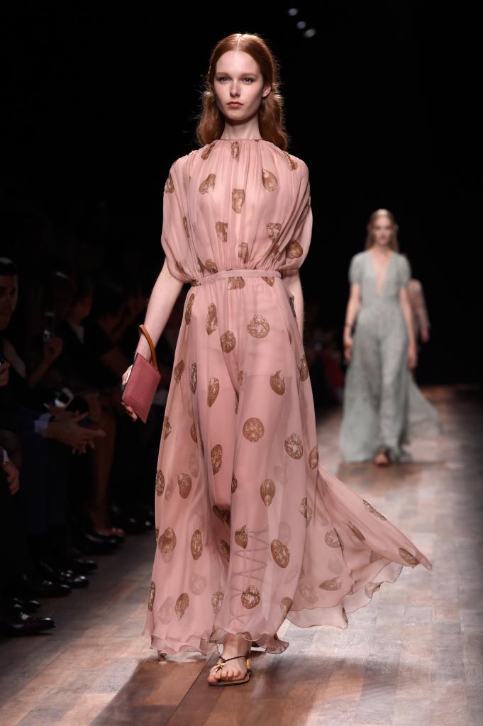 Valentino, PFW, collezione Primavera-Estate 2015: abito in voile rosa riccamente drappeggiato, con motivo lumachina di mare stampato su tutta la lunghezza