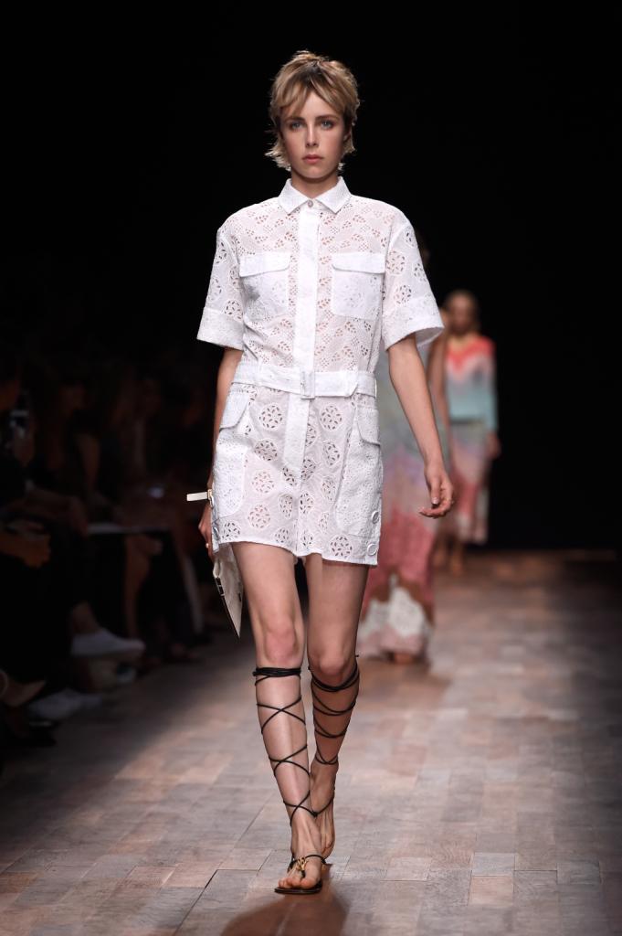 Valentino, PFW, collezione Primavera-Estate 2015: tuta bianca in sangallo con shorts, tasconi laterali