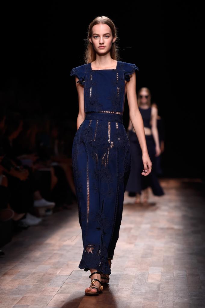 Valentino, PFW, collezione Primavera-Estate 2015: abito blu navy con top a