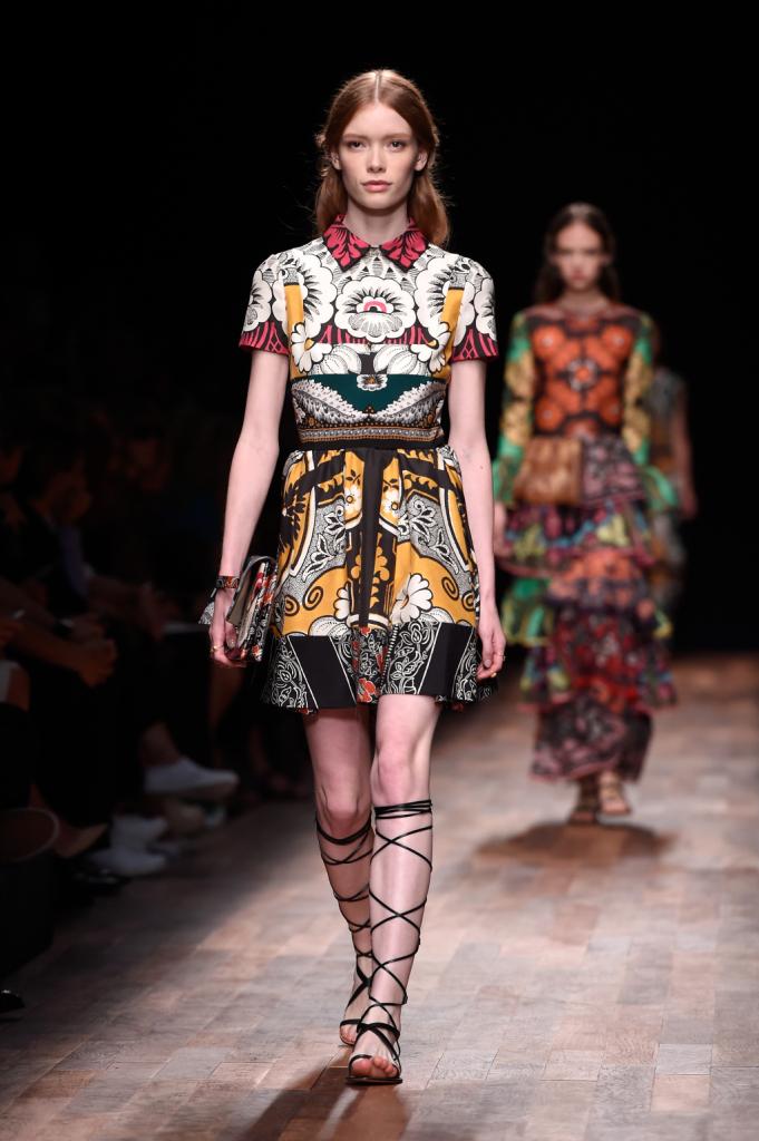 Valentino, PFW, collezione Primavera-Estate 2015: abito corto con gonna a ruota e top a camicia, stampa floreale barocca