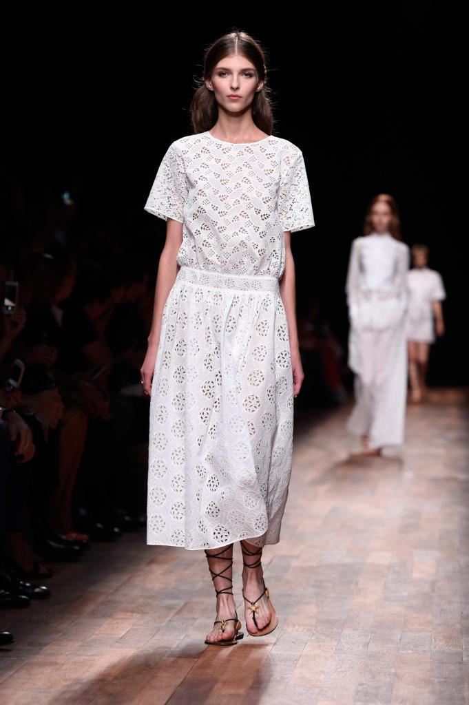 Valentino, PFW, collezione Primavera-Estate 2015: abito lungo in sangallo bianco, cintura appena pronunciata