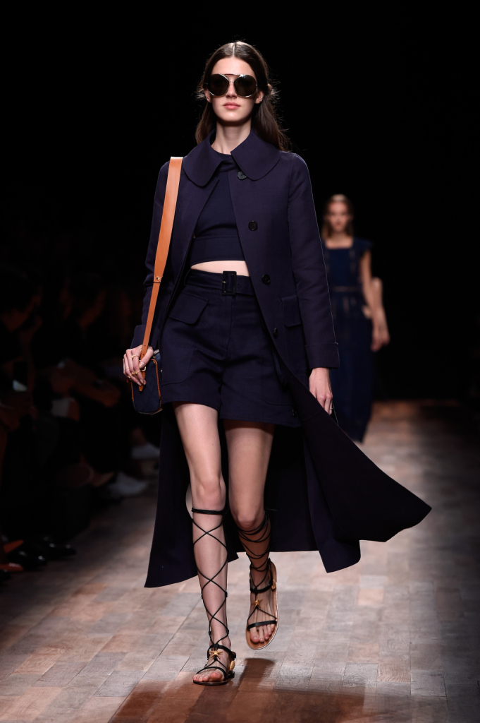 Valentino, PFW, collezione Primavera-Estate 2015: shorts a vita alta e top tagliato, maxi cappotto lungo in blu navy