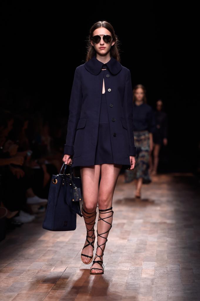 Valentino, PFW, collezione Primavera-Estate 2015: miniabito blu navy con cappottino svasato sopra