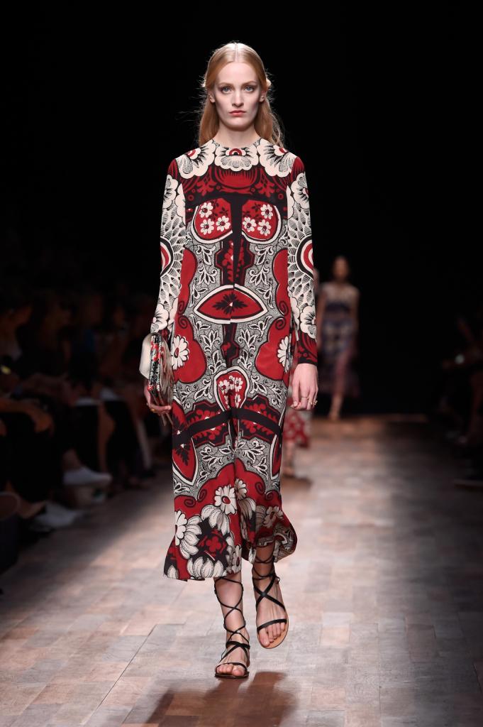 Valentino, PFW, collezione Primavera-Estate 2015: abito-tunica lungo con girocollo, stampa floreale caleidoscopica