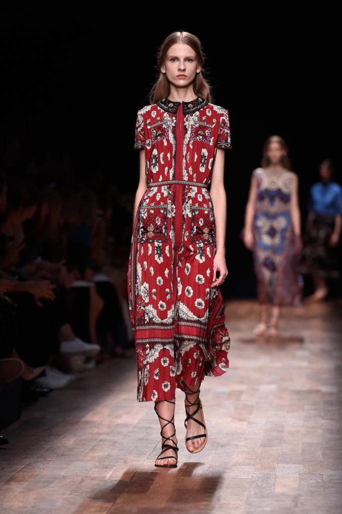 Valentino, PFW, collezione Primavera-Estate 2015: abito lungo con stampa floreale rossa-nera, plissettato, colletto riccamente ornato da perline