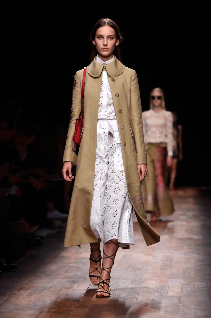 Valentino, PFW, collezione Primavera-Estate 2015: completo in sangallo bianco con maxi cappotto in beige, disegno corallo laterale e colletto a petalo