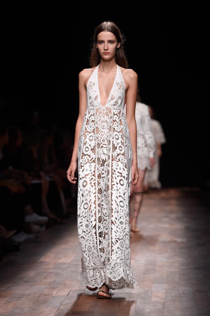 Valentino, PFW, collezione Primavera-Estate 2015: abito-sottoveste lungo in sangallo, bordo smerlato e profondo scollo a V
