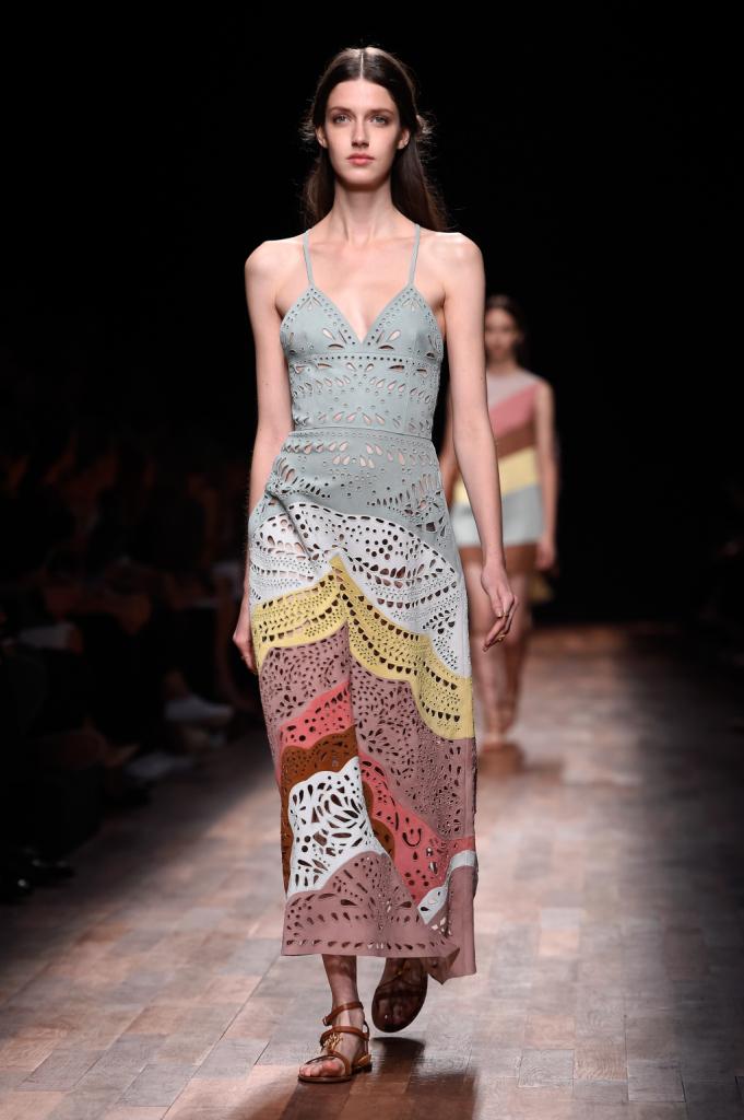 Valentino, PFW, collezione Primavera-Estate 2015: abito-sottoveste in tessuto traforato, gonna nei toni arcobaleno pastello