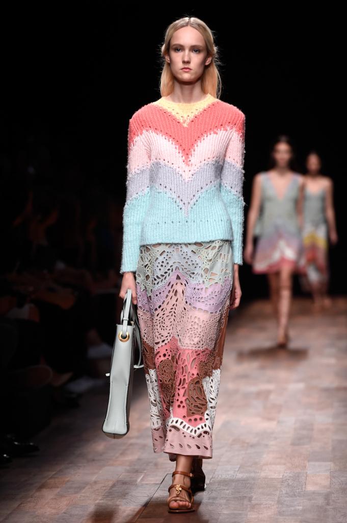 Valentino, PFW, collezione Primavera-Estate 2015: gonna lunga traforata nei colori pastello e maglioncino multicolor abbinato
