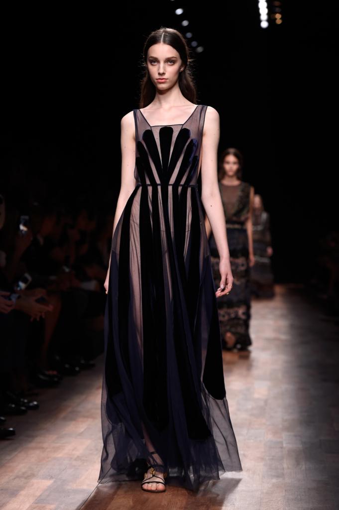 Valentino, PFW, collezione Primavera-Estate 2015: abito lungo nero semi-trasparente con pannelli neri