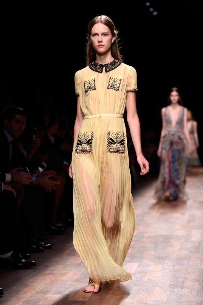 Valentino, PFW, collezione Primavera-Estate 2015: abito lungo giallo plissettato con ricami su colletto, bordi e tasche