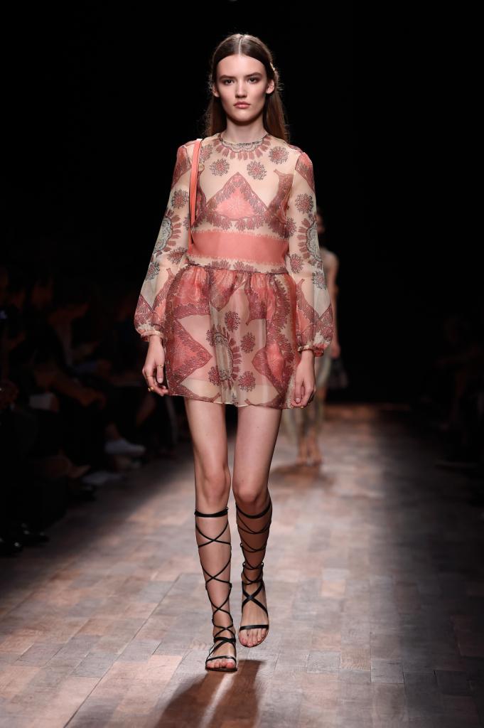 Valentino, PFW, collezione Primavera-Estate 2015: miniabito con tessuto trasparente, motivo coralli marini nei toni del rosa, gonna a ruota
