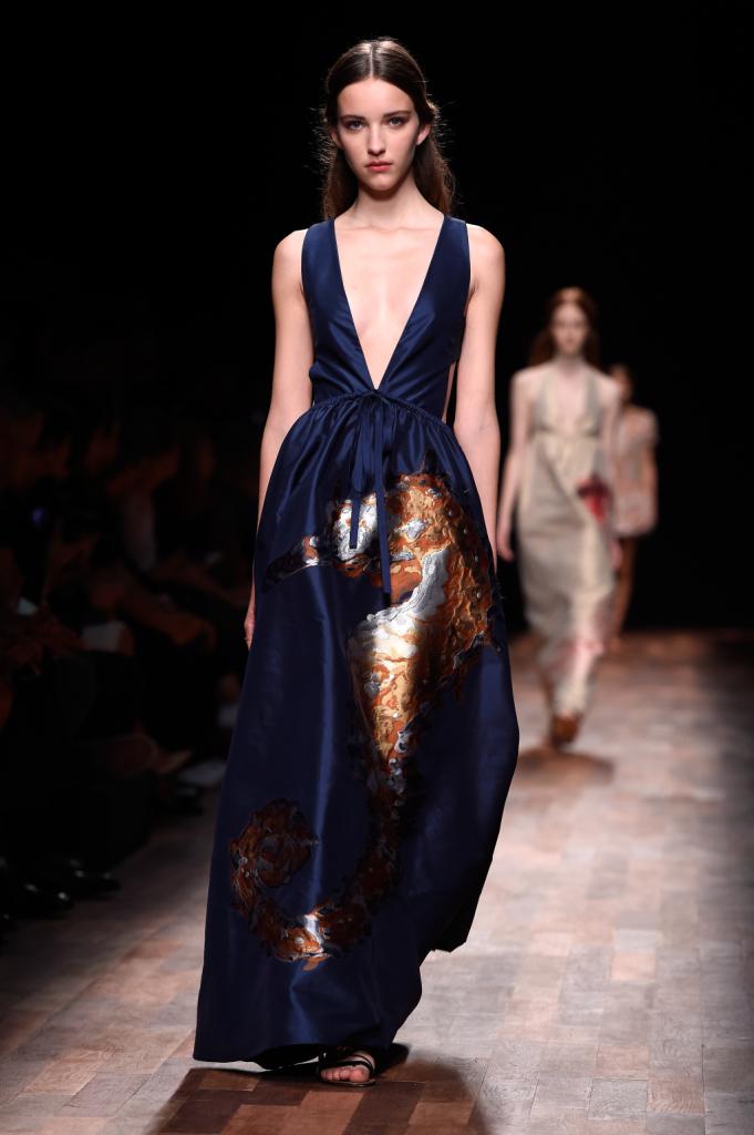 Valentino, PFW, collezione Primavera-Estate 2015: abito in seta blu con motivo cavalluccio marino sul davanti, pannello a V sul davanti