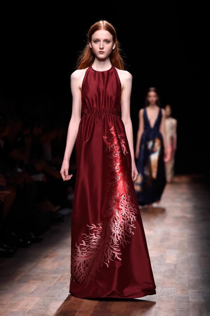 Valentino, PFW, collezione Primavera-Estate 2015: vestito lungo in seta con gonna appena svasata, disegno corallo sulla parte laterale