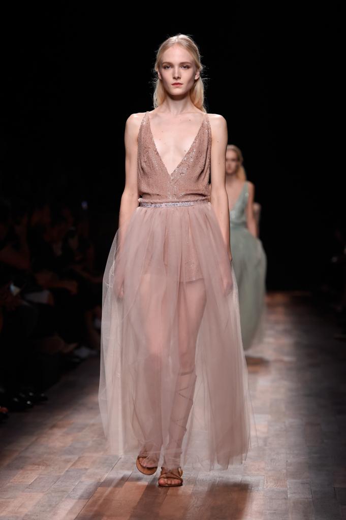 Valentino, PFW, collezione Primavera-Estate 2015: sottoveste glitterata nei toni del rosa con ampia gonna in tulle sopra