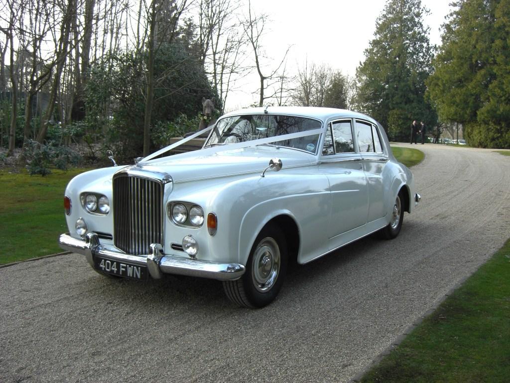 splendida berlina inglese bianca, la Bentley è perfetta per i matrimoni formali e per gli amanti del lusso