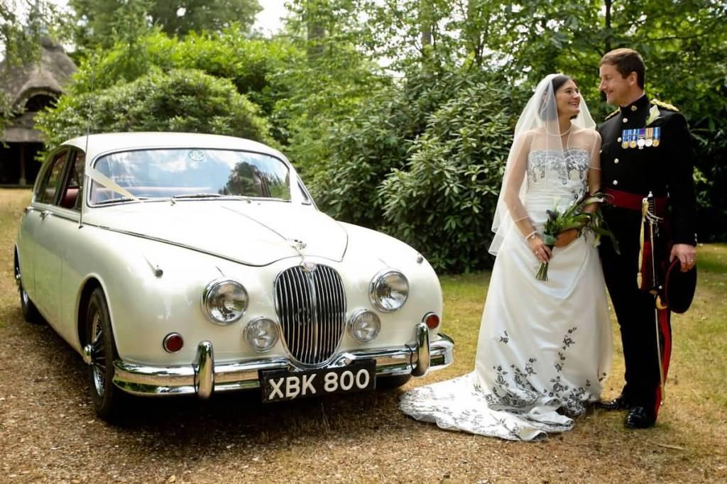 una jaguar bianca è perfetta per i matrimoni classici e eleganti