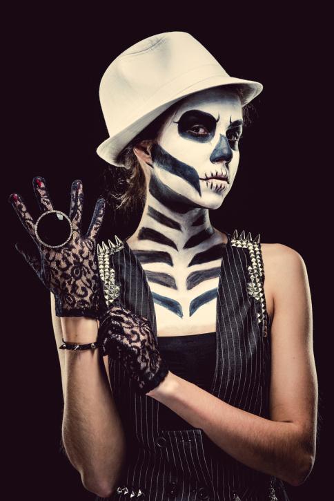 Per dare un tocco di eleganza al tuo travestimento aggiungi un cappello e un paio di guanti